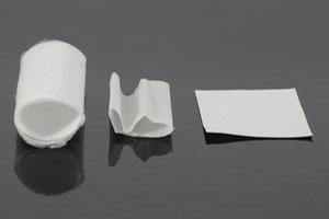 Plusieurs polymères électrofilés : patchs et tubes.